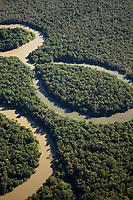A região Leste do Mato Grosso está localizada no Planalto Centro-Brasileiro. Sob forte influência hidrográfica do interflúvio Xingu/Tocantins-Araguaia, a área é drenada por rios das sub-bacias do Araguaia, como o Rio das Mortes; da sub-bacia do Xingu, como o Culuene; e da sub-bacia do Tapajós, como o Teles Pires. O bioma predominante é o Cerrado, contudo, existem porções significativas da Amazônia e do Pantanal.<br /> <br /> A região abrange, sobretudo, Terras Indígenas (TIs) que se encontram a leste e ao sul do Parque Indígena do Xingu, ocupadas principalmente por povos indígenas falantes de línguas do tronco Macro-Jê, à exceção dos Bakairi, pertencentes à família karíb.<br /> <br /> O Cerrado é um dos biomas brasileiros mais degradados e menos protegido de ações de desmatamento, e está sendo cada vez mais ameaçado pelo avanço da monocultura da soja. Com a degradação de novas áreas, o desmatamento tem avançado em direção às TIs da região. A TI Maraiwatsede é um dos casos emblemáticos deste avanço. A maior parte de sua área está ocupada ilegalmente por fazendeiros e posseiros não indígenas, majoritariamente criadores de gado e produtores de soja e arroz, que contribuem com o desmatamento, o assoreamento dos rios, a contaminação de solos e cursos d'água e a consequente intoxicação da população xavante.<br /> Fonte ISA<br /> Parque Indígena do Xingu, Querência, Mato Grosso, Brasil.<br /> Foto Paulo Santos<br /> 27/07/2015