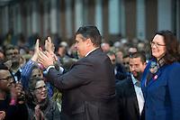 Die SPD-Generalsekret&auml;rin Andrea Nahles und der SPD-Bundesvorsitzende Sigmar Gabriel kommen am Samstag (14.12.13) in Berlin zur Bekanntgabe des Ergebnisses des SPD Mitgliederentscheids zur Gro&szlig;en Koalition mit der CDU/CSU. Die Mehrheit der SPD-Mitglieder sprach sich f&uuml;r eine Gro&szlig;e Koalition aus.<br /> Foto: Axel Schmidt/CommonLens<br /> <br /> Berlin, Germany, politics, Deutschland, 2013, Groko, Koalition, SPD, Mitglieder, Basis, Mitgliederentscheid, Entscheid, Mitgliedervotum, Votum, Ausz&auml;hlung
