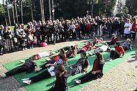 NAPOLES, ITALY, 27.11.2016 - FLAHS MOB-ITALIA - Em celebração ao dia internacional contra violencia contra as mulheres o grupo Svegognati realiza flash Mob para chamar atenção da população em ato renomeado An atto d'amore (um ato de amor) na cidade de Napoles na Italia neste domingo, 27. (Foto: Salvatori Esposito/Brazil Photo Press)
