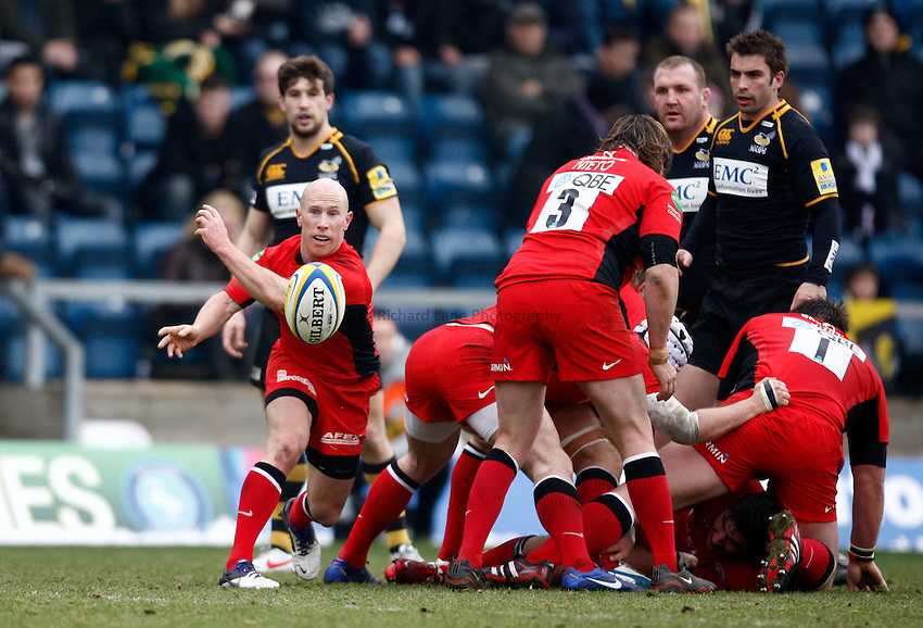Photo: Richard Lane/Richard Lane Photography. London Wasps v Saracens. 12/02/2012. Saracens' Peter Stringer passes.