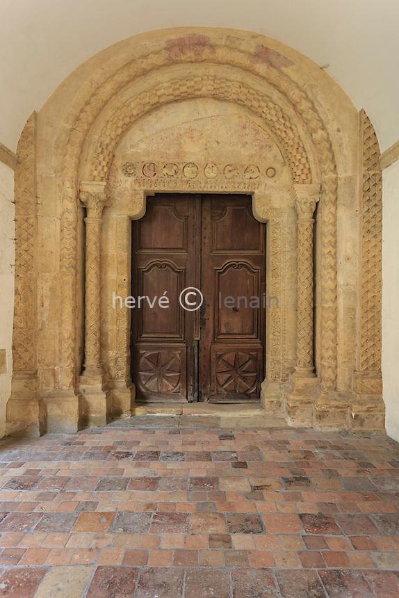 France, Saône-et-Loire (71), Paray-le-Monial, basilique du Sacré-Coeur, porte d'accès à la basilique depuis le cloître // France, Saone et Loire, Paray le Monial, Sacre Coeur basilica