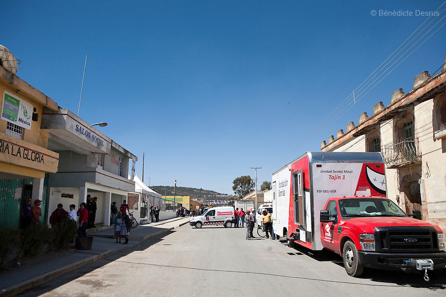 29 april 2009 - La Gloria, Mexico - La Gloria's Main street. La Gloria, villlage in the southern Mexican state of Veracruz, where the new strain of swine flu was first detected. Several hundred people in the village had been sick with a respiratory disease, some falling ill back in December.  Local people have blamed the contamination by pig waste spread into the air and water from nearby industrial pig farms, known as Granjas Carroll and owned by the Virginia-based multinational company Smithfield Foods. A Smithfield spokeswoman says the company has found no clinical signs or symptoms of the flu in its swine herd or its employees in Mexico. Residents say about half the town's residents work in Mexico City and could easily have spread the virus. Photo credit: Benedicte Desrus / Sipa Press