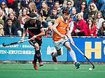 BLOEMENDAAL   - Hockey - Florian Fuchs (Bldaal) met Johannes Mooij (A'dam)   . 3e en beslissende  wedstrijd halve finale Play Offs heren. Bloemendaal-Amsterdam (0-3). Amsterdam plaats zich voor de finale.  COPYRIGHT KOEN SUYK