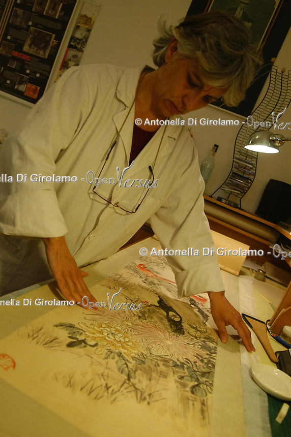 "Artigiani a San Lorenzo , quartiere storico di Roma. Craftsmen in San Lorenzo, historic district of Rome. .""Photographs & Memories"". Laboratorio di conservazione e restauro di libri antichi e fotografie gestito da tre..""Photographs & Memories."" Laboratory for conservation and restoration of old books and photographs run by three women......."