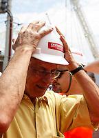 ATENCAO EDITOR FOTO EMBARGADA PARA VEICULO INTERNACIONAL - SAO PAULO, SP, 06 OUTUBRO 2012 - ELEICOES SP - FERNANDO HADDAD - Senador Eduardo SUplicy acompanha oO candidato a prefeitura de Sao Paulo Fernando Haddad (PT) durante visita as obras do Estadio Itaquerao, na regiao leste da capital paulista. FOTO: VANESSA CARVALHO - BRAZIL PHOTO PRESS.