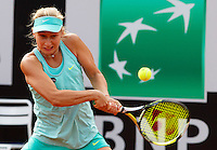 La russa Daria Gavrilova in azione durante la semifinale contro la connazionale Maria Sharapova agli Internazionali d'Italia di tennis a Roma, 16 maggio 2015. <br />