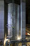 GERMANY, Hamburg, old anti-aircraft bunker rebuild as renewable energy project with heat storage and biomethane gas engine / DEUTSCHLAND,  Hamburg-Wilhelmsburg, IBA Projekt Energie Bunker, Gesamtleistung Wärme: 22.400 MWh - ausreichend für 3.000 Haushalte, Strom: 2.850 MWh - ausreichend für 1.000 Haushalte, grosser Waermespeicher mit 2000 Kubikmeter, er wird durch die Waerme eines biomethanbefeuerten Sokratherm Blockheizkraftwerks (BHKW) und einer solarthermischen Anlage sowie aus der Abwaerme eines Industriebetriebes gespeist