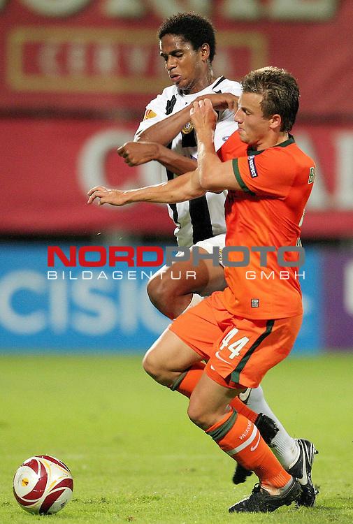 UEFA-Europa League - 2009/2010 - Hinspiel<br /> CD Nacional Funchal ( Clube Desportivo Nacional Madeira ) - Werder Bremen<br /> <br /> Philipp Bargfrede ( Bremen / GER #44 ) gegen Edgar<br /> <br /> Foto &copy; nph ( nordphoto )