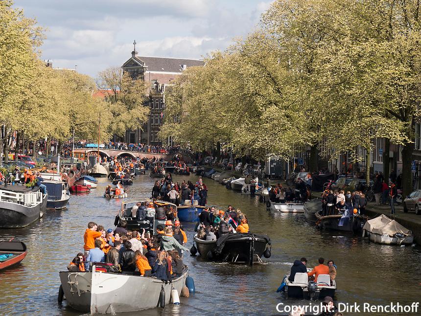 Boote am K&ouml;nigstag auf der Prinsengracht,  Amsterdam, Provinz Nordholland, Niederlande<br /> Boats at Kings day on  Prinsengracht, Amsterdam, Province North Holland, Netherlands