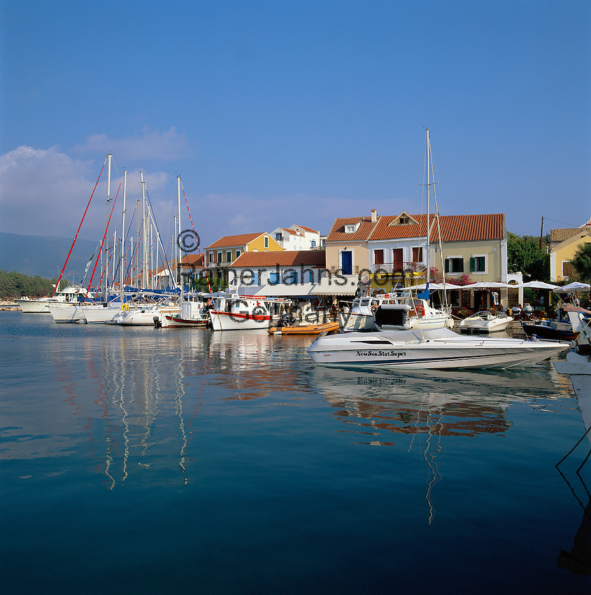 Greece, Cephalonia (Ionian island), Fiskardo: View of Harbour with Cafes | Griechenland, Kefalonia (Ionische Insel), Fiskardo: Hafen mit Cafes
