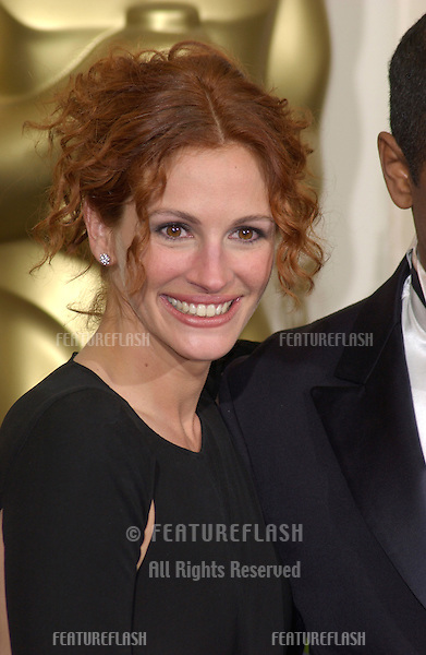 Actress JULIA ROBERTS at the 74th Annual Academy Awards in Hollywood..24MARR2002.  © Paul Smith / Featureflash