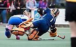 UTRECHT -   Floortje Plokker (Kampong) met keeper Joyce Sombroek (Laren)  tijdens de hockey hoofdklasse competitiewedstrijd dames:  Kampong-Laren (2-2). COPYRIGHT KOEN SUYK