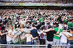 Stockholm 2014-06-08 Fotboll Superettan Hammarby IF - Landskrona BoIS  :  <br /> Glada Hammarbysupportrar dansar med ryggen mot planen efter Hammarbys Amadayia Rennie gjort 3-0<br /> (Foto: Kenta J&ouml;nsson) Nyckelord:  Superettan Tele2 Arena Hammarby HIF Bajen Landskrona BoIS supporter fans publik supporters glad gl&auml;dje lycka leende ler le