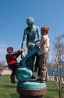 beim Seefahrtsdenkmal in  Kopenhagen, Daenemark