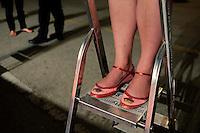 Venezia: una fotografa dell'agezia getty su una scala durante il red carpet, della sessantottesima edizione della mostra del cinema di Venezia