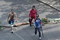 CALI - COLOMBIA, 21-11-2019: Manifestantes bloquean la Avenida Colombia en Cali durante el día de paro Nacional. Cientos de manifestantes salieron a las calles de Cali para unirse a la jornada de paro Nacional en Colombia hoy, 21 de noviembre de 2019. La jornada Nacional es convocda para rechazar el mal gobierno y las decisiones que vulneran los derechos de los Colombianos. / Protesters block the Cali avenue during the National Strike. Hundreds of protesters took to the streets of Cali to join the National unemployment day in Colombia today, November 21, 2019. The National Day is convened to reject bad government and decisions that violate the rights of Colombians. Photo: VizzorImage / Gabriel Aponte / Staff