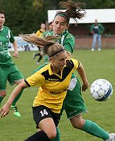SK Zwevezele  -  Cerkel Ladies Brugge  : Manon De Bart van de thuisploeg pikt de bal mee voor Jana Daneels .<br /> foto VDB / BART VANDENBROUCKE
