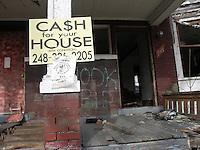Detroit: downtown, il centro della città. Una vecchia casa diroccata in vendita.