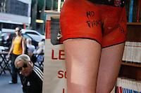 SAO PAULO, SP, 12 AGOSTO 2012 -  PROTESTO CONTRA A PIRATARIA DE LIVROS - LANCAMENTO DE LIVRO - A escritora Vanessa Oliveira faz lançamento de livro na tarde deste domingo (12), na livraria Martins Fontes, 509 na Av. Paulista em São Paulo. A escritora tirou a roupa acompanhada de uma das integrantes do Femen para protestar contra a pirataria de um dos seus livros. (FOTO: AMAURI NEHN / BRAZIL PHOTO PRESS).