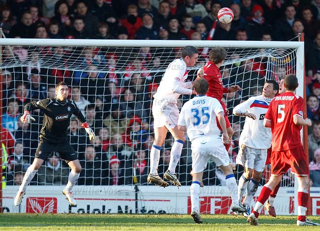 Aberdeen's Darren Mackie heads just wide of Allan McGregor's goal at the end