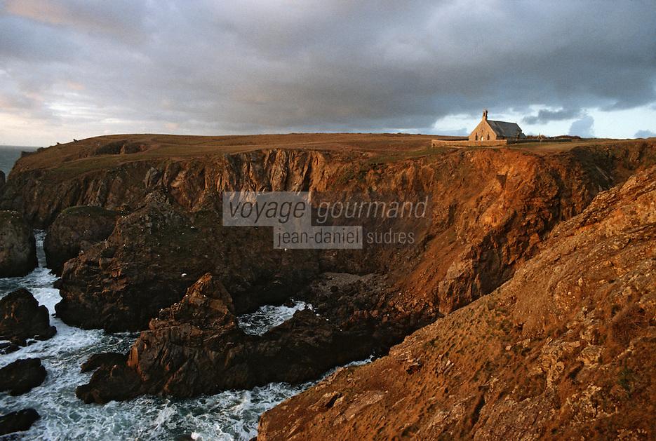 Europe/France/Bretagne/29/Finistère/Pointe de Van: Chapelle Saint They (XVème siècle) et falaise surplombant l'océan Atlantique