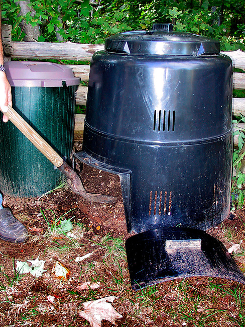 Composting garden/kitchen waste materials in composter recycling unit