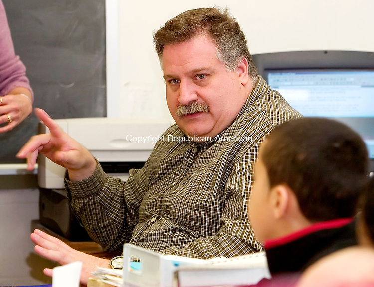 TORRINGTON, CT. 02 April 2007--040207SV01--Alberto Cardinali a middle school bilingual teacher at Torrington Middle School instructs a social studies class at the school Monday.<br /> Steven Valenti Republican-American