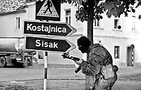 Petrinja / Croazia 1991 – Membro di un gruppo di paramilitari croati denominati 'Zebre' impegnati nella conquista della città di Petrinja. Questi gruppi armati si contrapponevano all'esercito federale jugoslavo all'inizio della guerra nei Balcani. Questi gruppi armati si sono macchiati di crimini contro i civili e sono responsabili della pulizia etnica.<br /> Member of a group of paramilitay Croatian forces called 'Zebras' engaged in the conquest of the city of Petrinja. These armed groups were opposed to the Yugoslav Federal Army at the beginning of the war in the Balkans.<br /> These armed groups have committed crimes against civilians and are responsible for ethnic cleansing. <br /> Photo Livio Senigalliesi