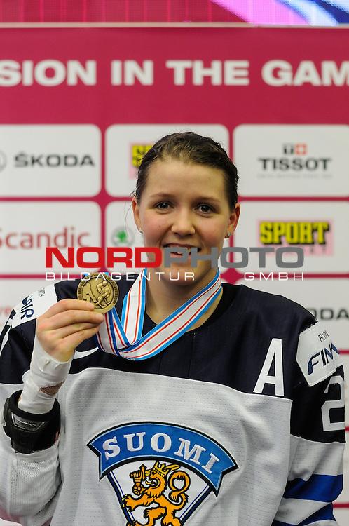 04.04.2015, Malm&ouml; Ishall, Malm&ouml; , SWE, IIHF Eishockey Frauen WM 2015, Finnland  (FIN) vs Russland (RUS), im Bild, Finnland wird Dritter der WM, Michelle KARVINEN (#21, FIN)  pr&auml;sentiert die Medaille<br /> <br /> <br /> ***** Attention nur f&uuml;r redaktionelle Berichterstattung *****<br /> <br /> Foto &copy; nordphoto / Hafner