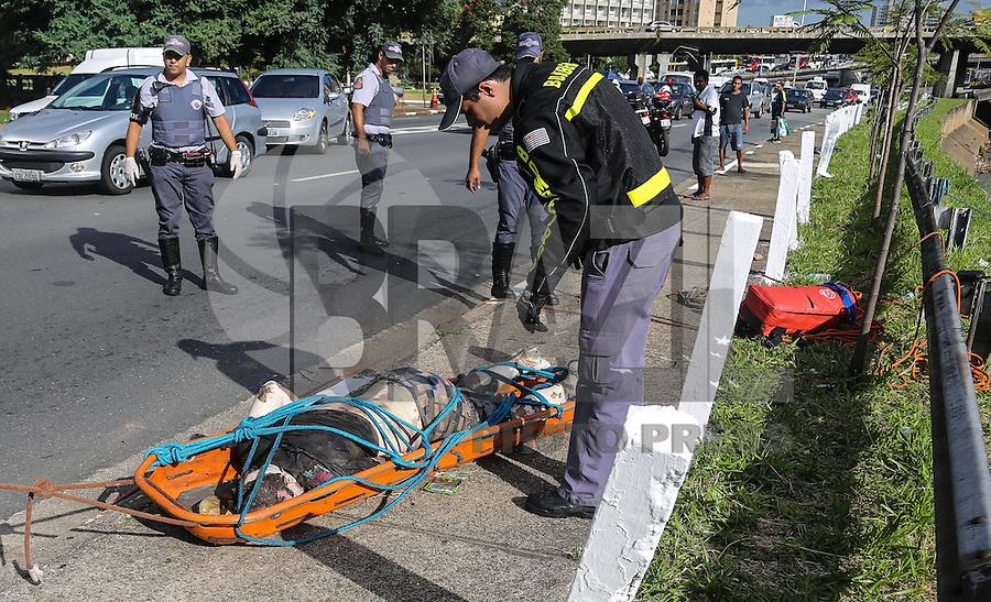 SAO PAULO, SP, 12 DE MARCO 2013 - CADAVER NO RIO TAMANDUATEÍ - Corpo de um cadaver masculino com inicio de decomposição é retirado do Rio Tamanduatei por homens do Corpo de Bombeiros na região central da cidade de São Paulo nesta terça-feira. 12. FOTO: WILLIAM VOLCOV - BRAZIL PHOTO PRESS.