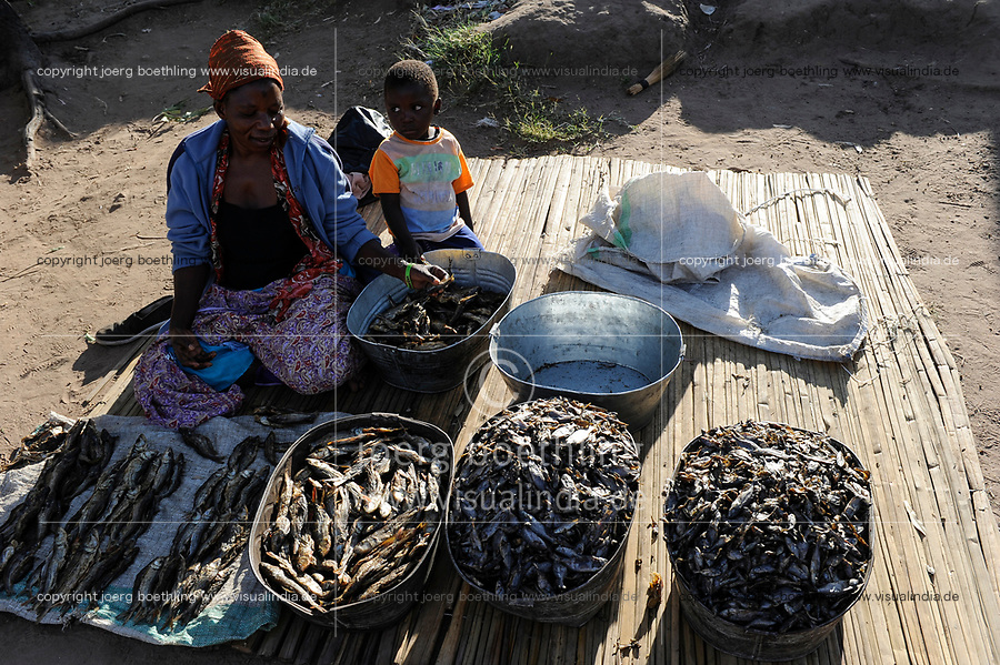 ZAMBIA Barotseland Mongu, Mulamba harbour at river Zambezi floodplain, woman sells dry fish / SAMBIA Barotseland , Stadt Mongu , Hafen Mulamba in der Flutebene des Zambezi Fluss, Frau verkauft Trockenfisch