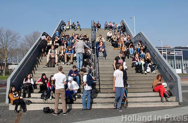 Jongeren zitten op een trap
