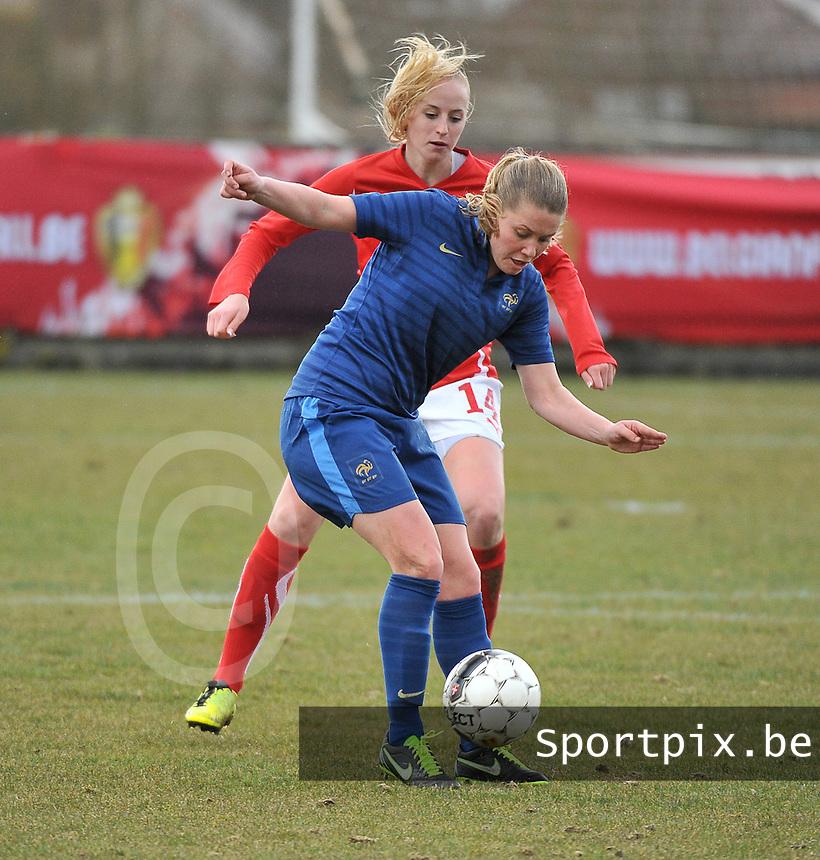 Switzerland U19 - France U19 : Léa Declercq defends the ball before Swiss Nina Stapelfeldt (behind).foto DAVID CATRY / Nikonpro.be