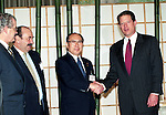 Director-General Hiroshi Oki of the Environment Agency shakes hands with Al Gore (Vice President of the United States) on December 9, 1997 at the Kyoto International Conference Hall during the COP3 climate negotiations. (Photo by Natsuki Sakai/AFLO)