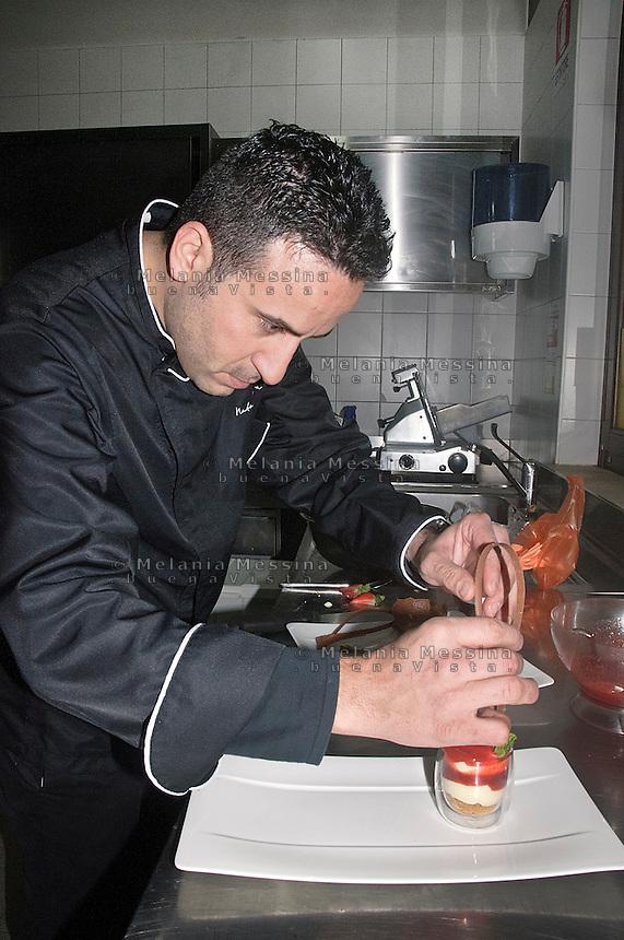 Natale Giunta, cuoco famoso di Palermo nella sua cucina prepara un dessert