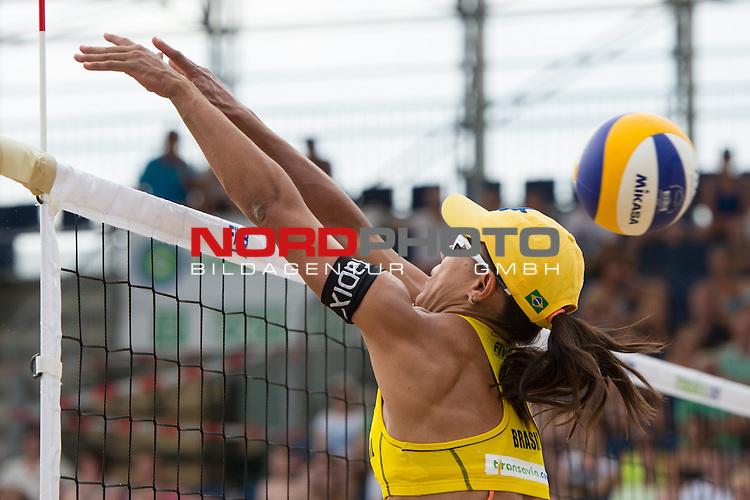 19.07.2014, Den Haag, Beach Stadion Scheveningen<br /> FIVB Transavia Grand Slam, Halbfinale<br /> <br /> Block Juliana Felisberta Da Silva (#1 BRA)<br /> <br />   Foto &copy; nordphoto / Kurth
