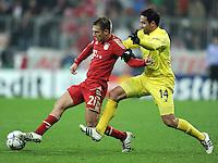 FUSSBALL   CHAMPIONS LEAGUE   SAISON 2011/2012     22.11.2011 FC Bayern Muenchen - FC Villarreal Philipp Lahm (li, FC Bayern Muenchen) gegen Mario Gaspar (Villarreal CF)