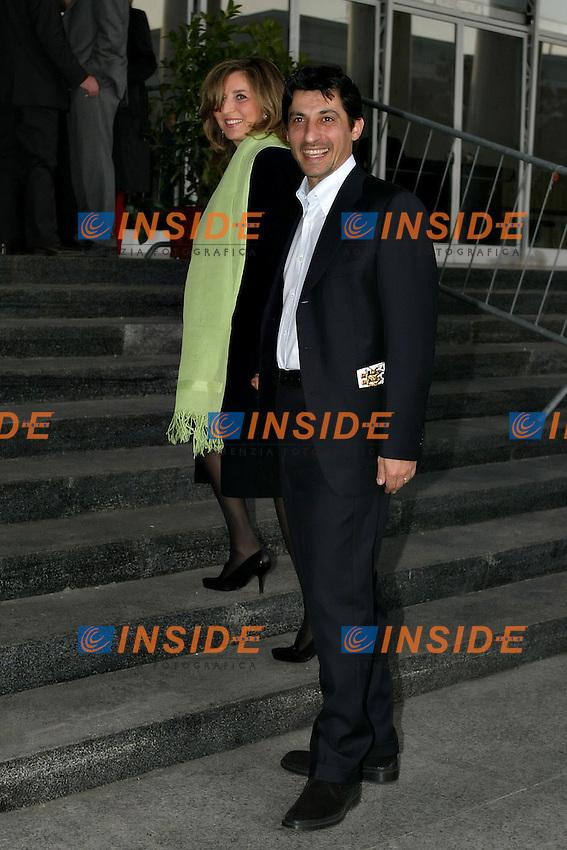 Roma 14/4/2004 Palazzo dei congressi <br /> Premiazione David di Donatello 2004 <br /> Emilio Solfrizzi con la moglie<br /> foto Andrea Staccioli Insidefoto