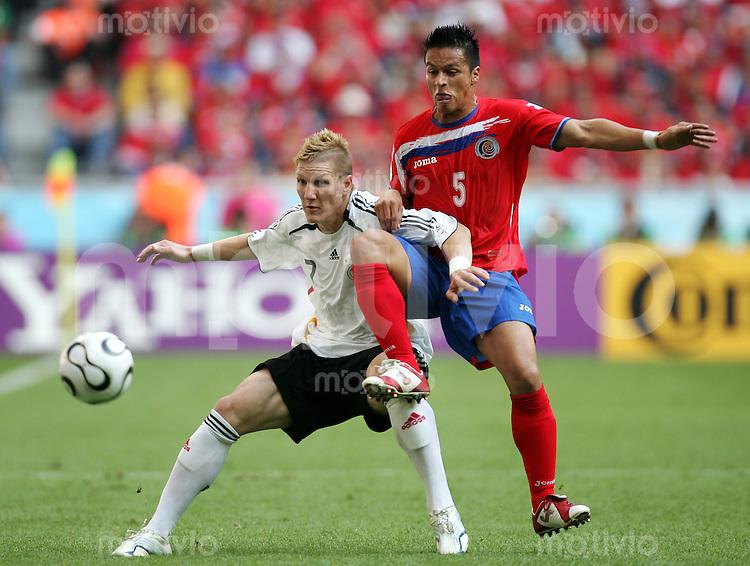Fussball WM 2006  Gruppenspiel  Vorrunde  Deustchland - Costa Rica  Bastian SCHWEINSTEIGER (GER, l) gegen Gilberto MARTINEZ (CRC).