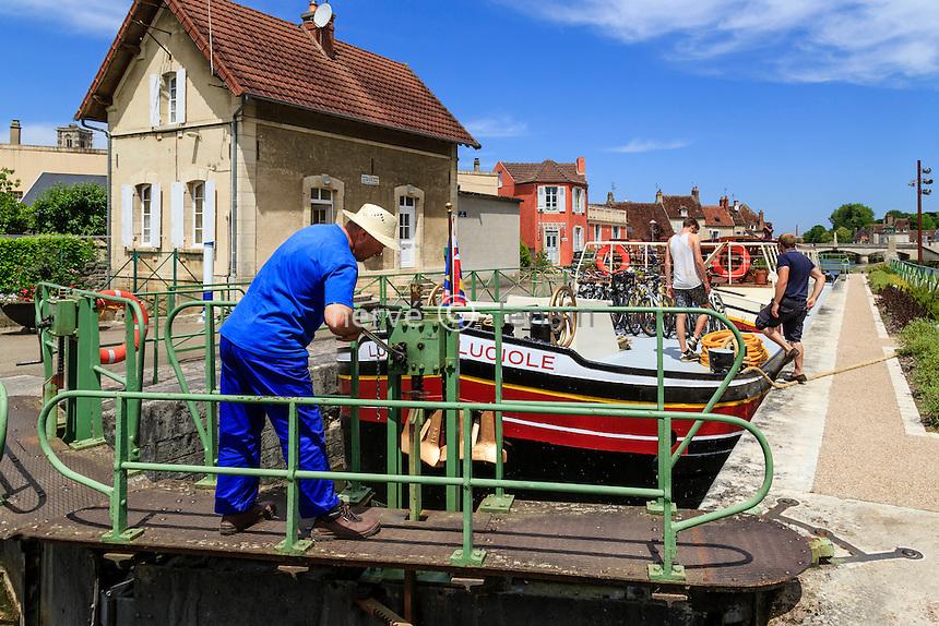 France, Nièvre (58), Clamecy, canal du Nivernais, écluse de Clamecy // France, Nievre, Clamecy, Clamecy lock on the Canal du Nivernais