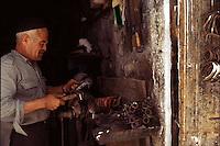 Old Gaza strip, artigiano addetto alla lavorazione del ferro