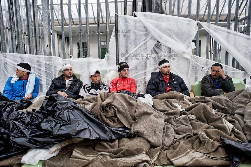 Roma 27 Dicembre 2013<br /> Il Centro di identificazione ed espulsione (CIE), per immigrati di Ponte Galeria a Roma.<br /> Migranti  magrebini sbarcati a Lampedusa nell'ultimo mese, detenuti nel CIE  in  sciopero della fame e con i materassi  e coperte fuori dalle celle, dormendo all'aperto, al freddo e sotto la pioggia, per protestare contro la loro detenzione forzata, e i tempi troppo lunghi di trattenimento amministrativo.<br /> Rome December 27, 2013.<br /> The Center for Identification and Expulsion (CIE) for immigrants from Ponte Galeria in Rome.<br /> Maghrebi immigrants landed on Lampedusa last month, prisoners on hunger strike in the CIE and with mattresses and blankets out of the cell, sleeping outside in the cold and the rain to protest against their forced detention, and too long of administrative detention.