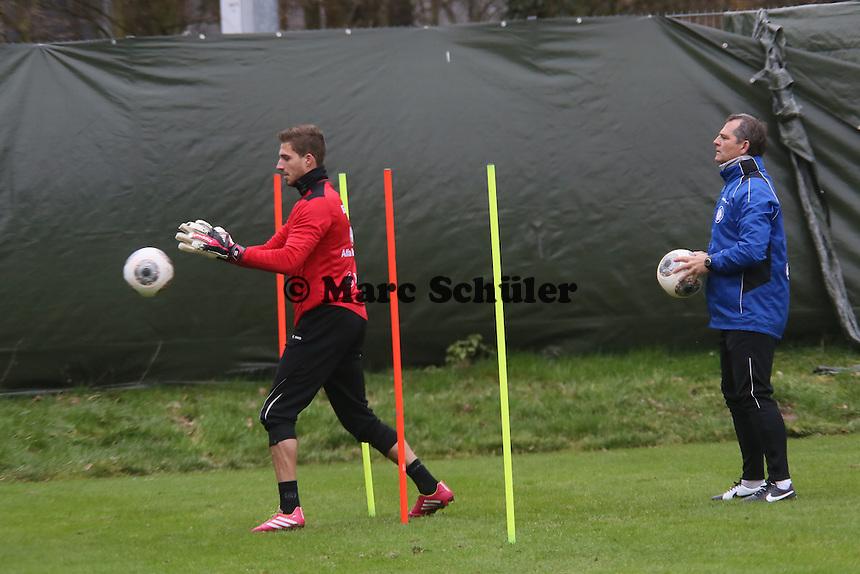 Kevin Trapp (Eintracht) mit Torwarttrainer Moppes Petz