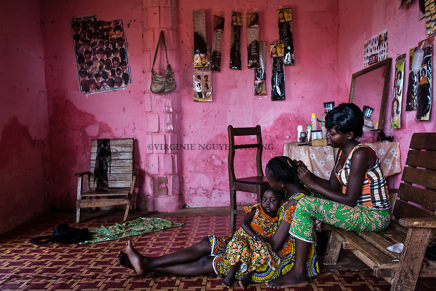 CAR, Bangui:Hairdresser for woman in the market of PK5. 16th april 2016<br /> <br /> RCA, Bangui: Une coiffeuse pour femme dans le march&eacute; du PK5: 16 avril 2016