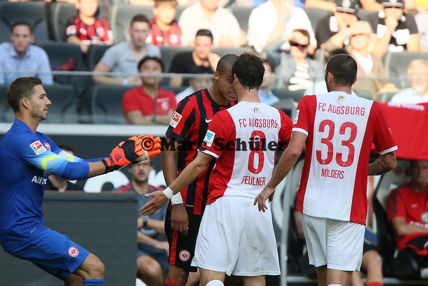 Bamba Anderson (Eintracht) legt sich mit MArkus Feulner (Augsburg) an - Eintracht Frankfurt vs. FC Augsburg, Commerzbank Arena