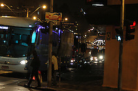 CURITIBA, PR, 17.04.2014 -  VÉSPERA DO FERIADO/ MOVIMENTO - Movimentação de saída de ônibus da rodoviária de Curitiba causa congestionamento nas Av. Visconde de Guarapuava e ruas próximas da rodoviária na noite desta quinta -feira (17). (Foto: Paulo Lisboa / Brazil Photo Press)