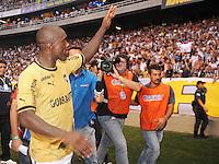 RIO DE JANEIRO, RJ, 10 MARÇO 2013 - TAÇA GUANABARA - Jogador Seedorf do Botafogo comemoram a conquista da Taça Guanabara após vitória em cima do Vasco, por 1 X 0,(primeiro turno do Estadual do Rio de Janeiro), no Estádio do Engenhão, na zona norte do Rio, neste domingo. 10/03/2013 - (FOTO: SANDROVOX / BRAZIL PHOTO PRESS).