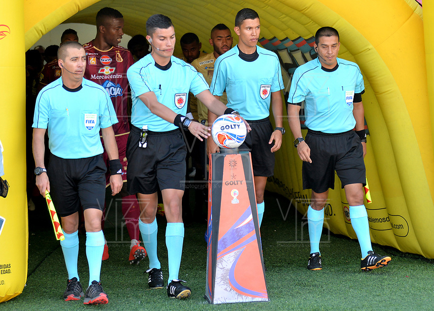 IBAGUÉ - COLOMBIA, 29-09-2018: Nicolas Rodriguez, árbitro, ingresa al campo de juego previo al encuentro entre Deportes Tolima y Rionegro Aguilas por la fecha 12 de la Liga Águila II 2018 jugado en el estadio Manuel Murillo Toro de Ibagué. / Nicolas Rodriguez, referee, goes inside the fiel prior the match between Deportes Tolima and Rionegro Aguilas for the date 12 of the Aguila League II 2018 played at Manuel Murillo Toro stadium in Ibague city. Photo: VizzorImage / Juan Carlos Escobar / Cont