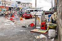 SÃO PAULO,SP, 02.11.2015 - ACIDENTE-TRÂNSITO - Um carro desgovernado atingiu uma barraca de pastel e atropelou pelo menos três pessoas, na avenida Nordestina na região de Guaianases, na zona leste da cidade de São Paulo, nesta segunda-feira, 02. As vitimas foram encaminhas ao pronto socorro da região. (Foto: Vanessa Carvalho/Brazil Photo Press)