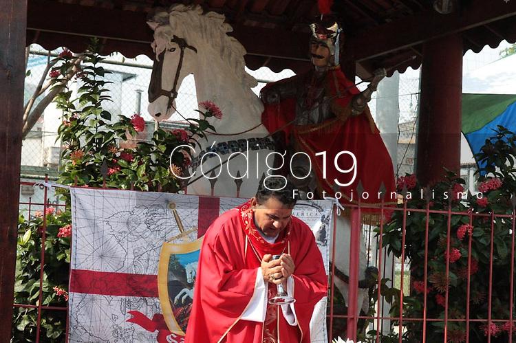 RIO DE JANEIRO, RJ, 23.04.2019: RELIGIÃO-RIO - Fiéis da comunidade do conjunto do Ipase na Vila Kosmos na zona norte comemoram dia de São Jorge nesta terça-feira (23) que acontece todos anos na comunidade (Foto: Celso Barbosa/Código19)